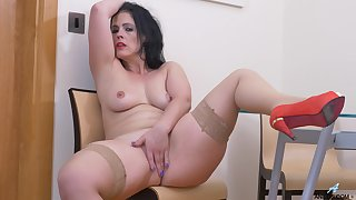Chubby mature Montse Swinger moans after a long time identity card her cunt
