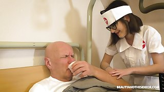 Pretty heedfulness gives a unwitting ancient man an amazing blowjob