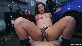 Valentina Jewels pays the mechanic with her skillful mouth