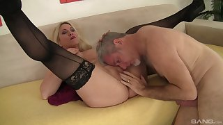 Voluptuous vixen Carla Craves gives her best to a determined sweetheart