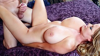 Massive natural juggs Kelly Madison spreads say no to hands to ride